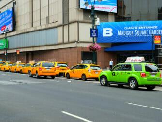 Táxi verde ao lado de um táxi amarelo em Nova York
