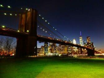 Parques em Nova York - Brooklyn Bridge à noite