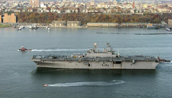 Navio durante Fleet Week em Nova York
