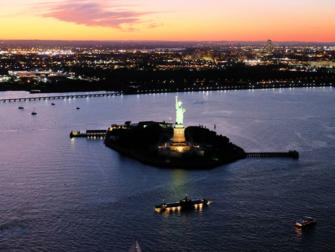 Passeio de helicóptero noturno com cruzeiro em Nova York - Estátua da Liberdade