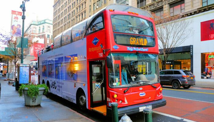 Ônibus turístico Gray Line em Nova York - Subindo no ônibus