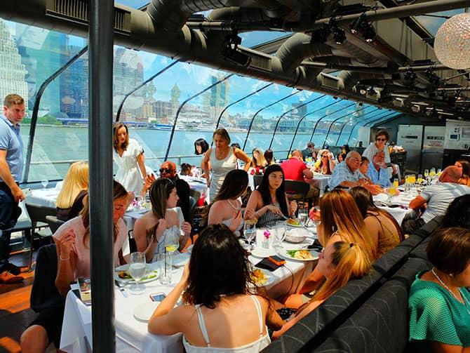Cruzeiro com almoço no Bateaux em Nova York - Almoçando
