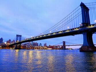 Manhattan Bridge em Nova York - À noite